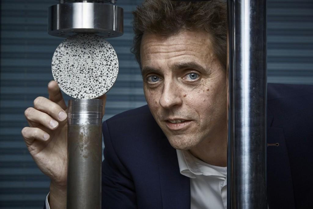 Il microbiologo Henk Jonkers dell'Università di Delft con un campione di Bio-Concrete