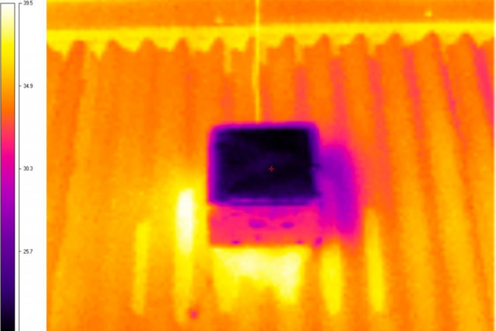 Un'immagine a infrarossi che mostra la differenza di temperatura tra la nuova superficie (centro) e di un tetto freddo esistente utilizzato nel test. Immagine dal gruppo di ricerca della Sidney University of Technology