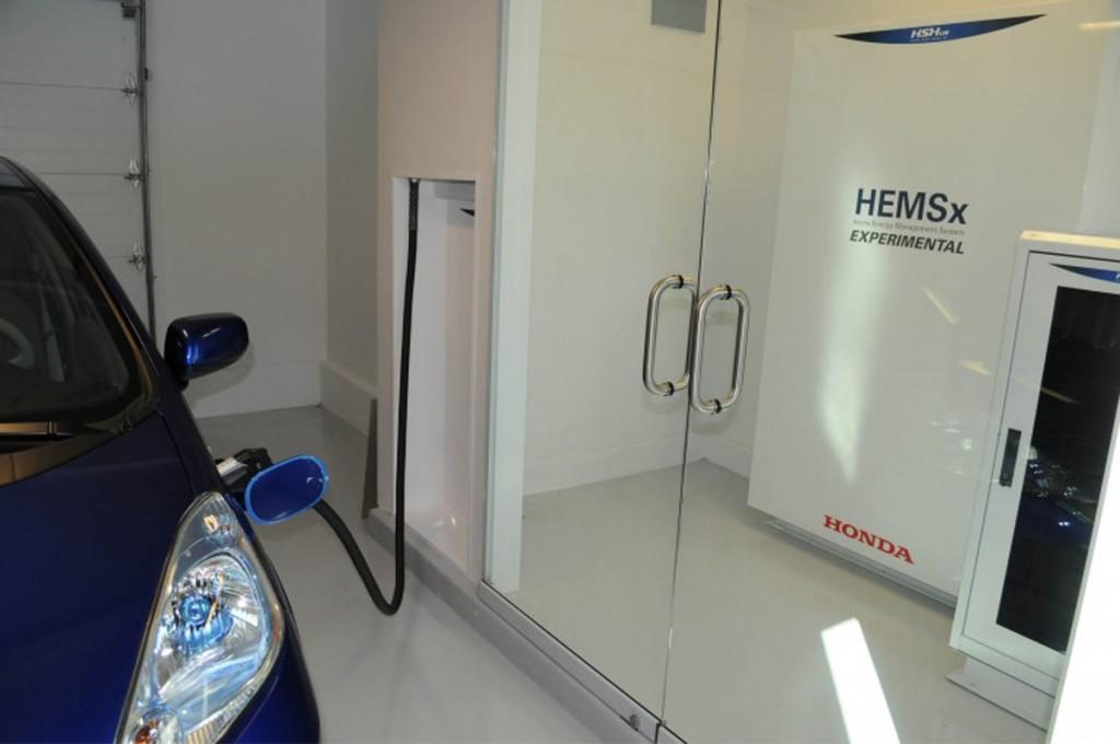 L'automobile elettrica in carica nel garage di casa
