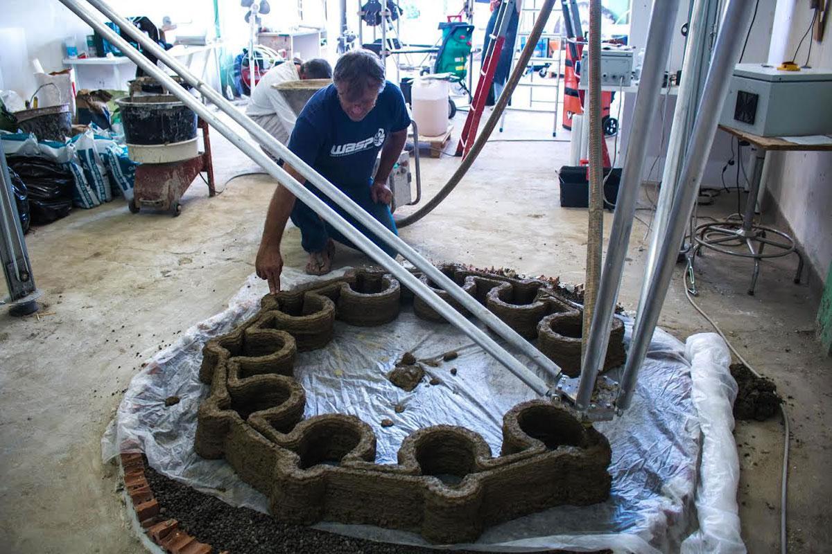 Dimostrazione in laboratorio della stampante 3D Big Delta con l'estrusore che deposita argilla