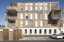Housing sociale con finiture in legno e universi segreti
