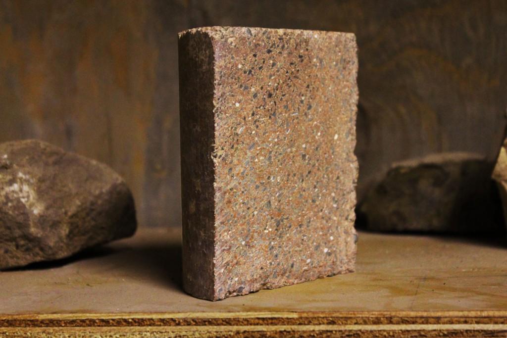 Un campione di muratura con i mattoni a base di geopolimeri