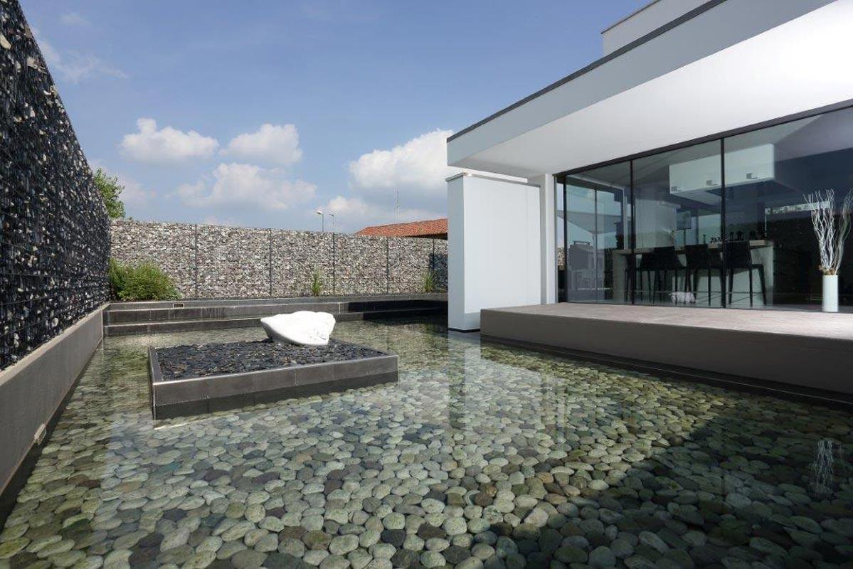 Con acciaio e ciottoli la casa ha un fiume di privacy ...