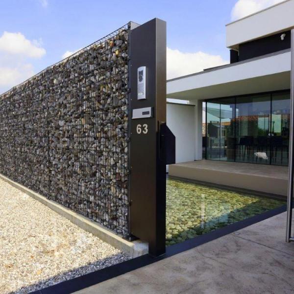 Con acciaio e ciottoli la casa ha un fiume di privacy for Casa moderna udine 2015 orari