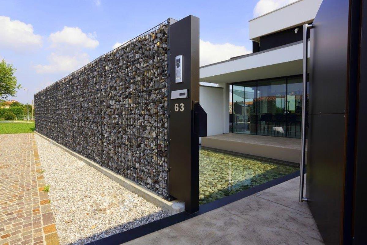 Con acciaio e ciottoli la casa ha un fiume di privacy for Recinzioni in muratura per ville