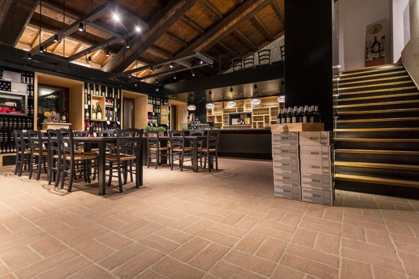 Le mattonelle Cotto a Mano di Industrie Cotto Possagno nel wine bar della tenuta