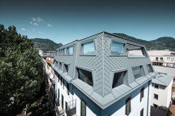 Scaglie in alluminio per il tetto alla francese che guarda le Alpi
