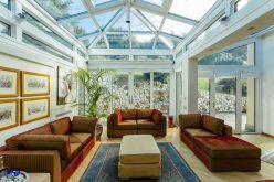 Questa veranda non ha più pareti, ma vetri (e sistemi in alluminio Schüco)