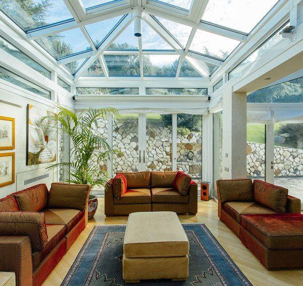 questa veranda non ha pi pareti ma vetri e sistemi in. Black Bedroom Furniture Sets. Home Design Ideas