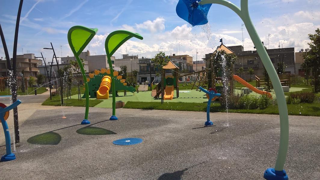 Parco giochi a Sabaudia (Roma) con pavimentazione drenante realizzata con i.idro DRAIN di Italcementi