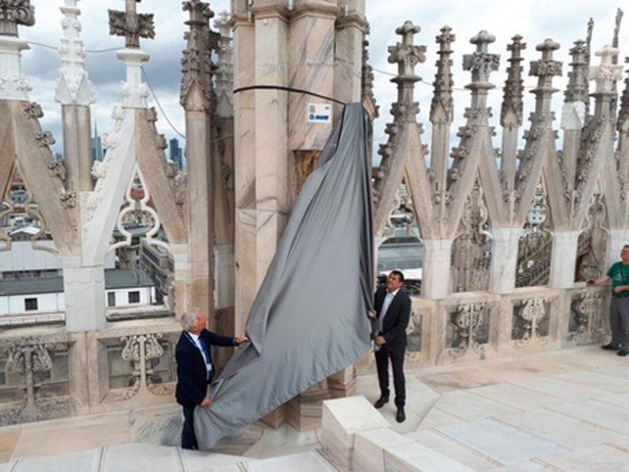 La targa di Mapei sulla guglia del Duomo di Milano