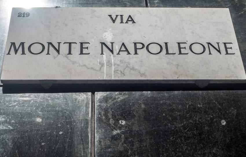 La targa stradale di via Monte Napoleone, a Milano