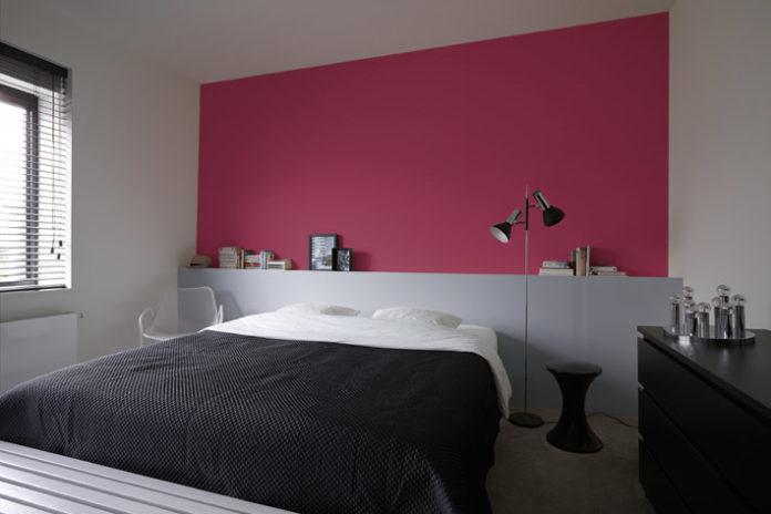 Camera da letto con parete rosa