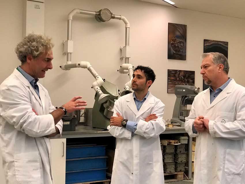 Giangavino Muresu  (al centro) con Roberto Berardi, Innovative Products and Solutions Manager Italcementi (a sinistra)