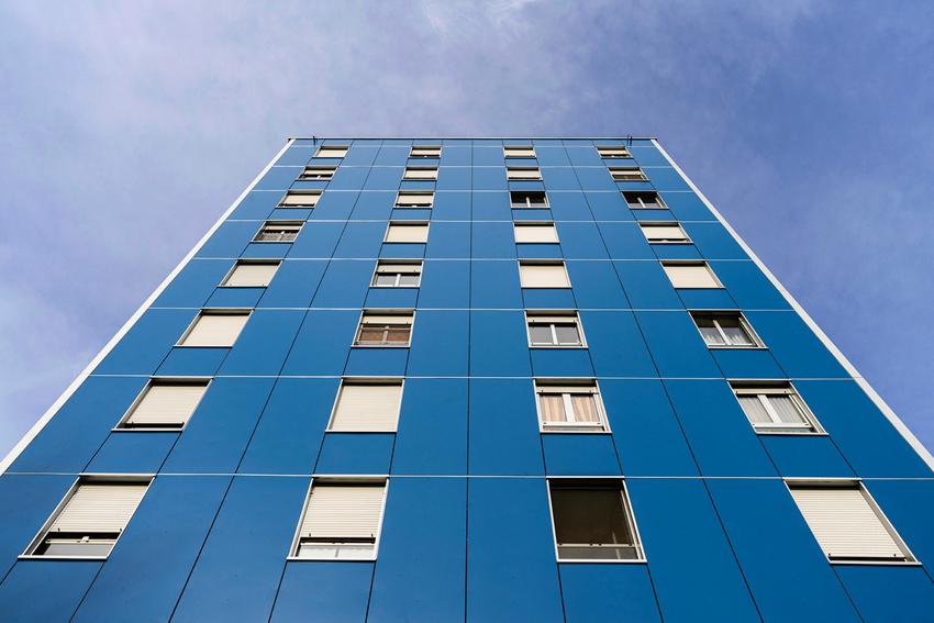 Edificio con copertura in facciata